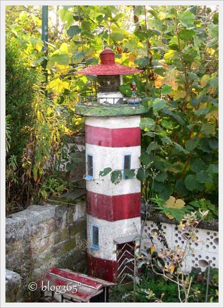 Leuchtturm im Garten